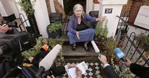 """British writer Doris Lessing addresses the media outside her home in north London, 11 October 2007, after winning the Nobel Literature Prize. Lessing welcomed Thursday the announcement she had won the Nobel Literature Prize, saying it completed a """"royal flush"""" of literary awards. AFP PHOTO/SHAUN CURRY"""