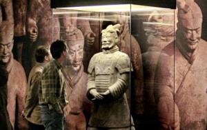 """ARCHIV - Besucher betrachten im Museum für Völkerkunde in Hamburg in der Ausstellung """"Macht im Tod - Die Terrakotta-Armee des Ersten Kaisers von China"""" einen Tonsoldaten (Archivfoto vom 21.11.2007). Erneuter Wirbel um die Ausstellung mit chinesischen Terrakotta-Kriegern in Hamburg: Nachdem die lebensgroßen Figuren erst mit sechs Wochen Verspätung im Museum für Völkerkunde eintrafen, sind jetzt Zweifel an der Echtheit der 2200 Jahre alten Figuren aufgekommen. Das Völkerkundemuseum prüft die Vorwürfe und hat das Leipziger Center of Chinese Arts and Culture (CCAC), das die Schau in Hamburg konzipiert hat, um Aufklärung gebeten. Foto: Ulrich Perrey dpa/lno +++(c) dpa - Bildfunk+++"""